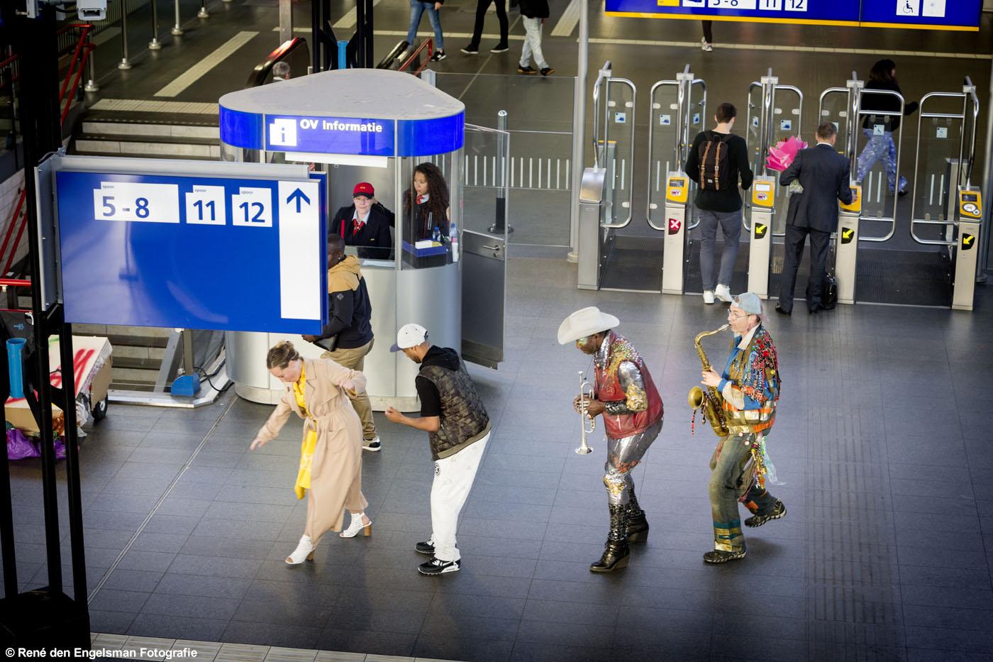 Wat We Doen speelt MOLLEN op Station Sloterdijk © Rene den Engelsman